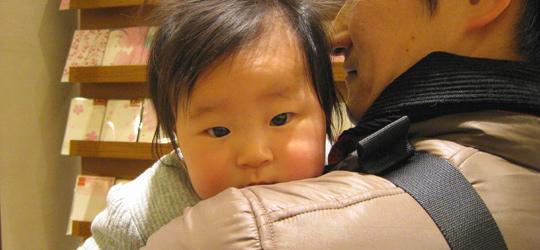 百貨店内でパパに抱っこされる ポニョ