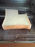 オーブントースターの中の食パン