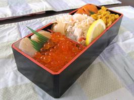 北海道の海の幸がふんだんに載った五色弁当