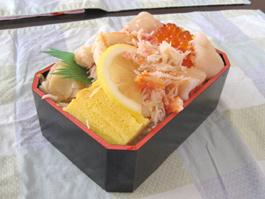 厳選された北海道の海の幸が載った三食弁当